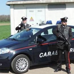 Fugge e investe i carabinieri  Tre feriti, ora è caccia all'uomo