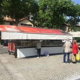 Il mercato a San Fermo  Soddisfatti clienti e ambulanti