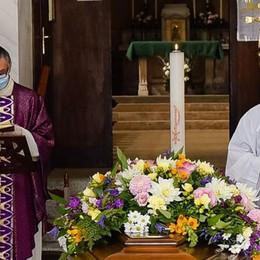 Mascherina anche per il prete  Così si potrà tornare a messa