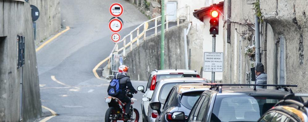 Meno disagi per arrivare a Rovenna  Il semaforo spostato ridurrà le code