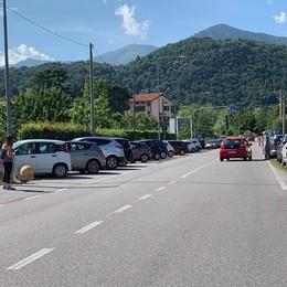 Segrino, parcheggio selvaggio al lago  «Portate le auto vicino al municipio»
