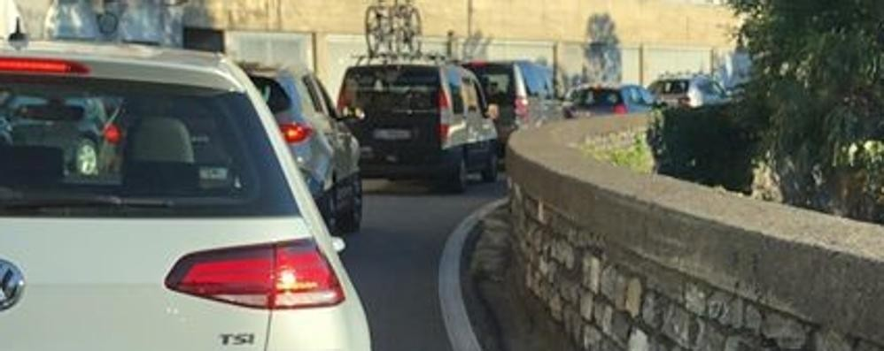 Blevio, cantiere chiuso  ma il semaforo è acceso  E la Lariana va in tilt