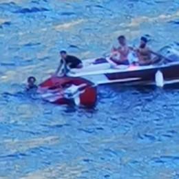 Famiglia sulla barca che affonda  «Ecco come li abbiamo salvati»