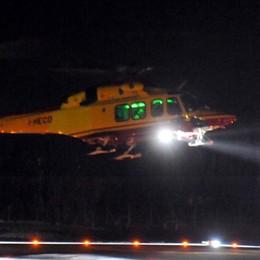 Lezzeno, brucia sterpaglie e si ustiona  Soccorso con l'elicottero nella notte
