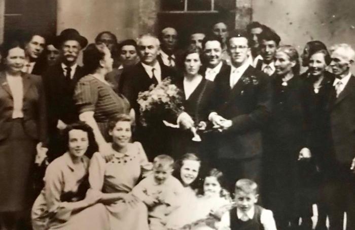 Giovanni e Vanda Peduzzi (al centro della foto, lei con un mazzo di fiori) insieme ai familiari il 17 giugno 1950  dopo il  si' davanti allo storico bar ristorante Carpigo, a quei tempi di proprietà della famiglia di Giovanni Peduzzi
