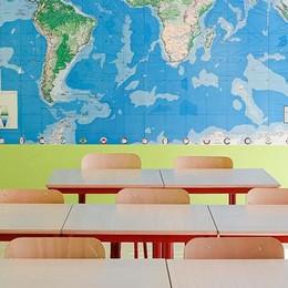 A scuola si misura lo spazio tra i banchi  «Tutti non ci staranno, lezioni miste»