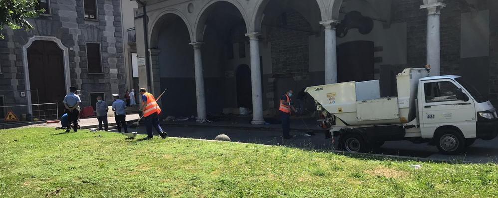 Como, pulizia ai portici  Sgomberati i senzatetto  da San Francesco/Il video