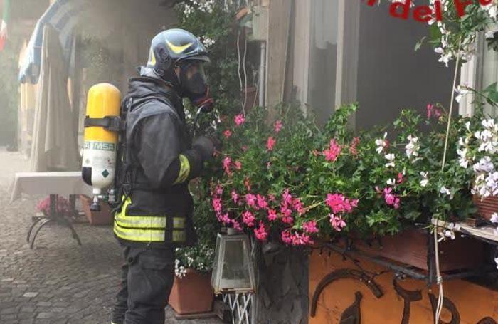 Un pompiere segue le operazioni di messa in sicurezza all'esterno del ristorante