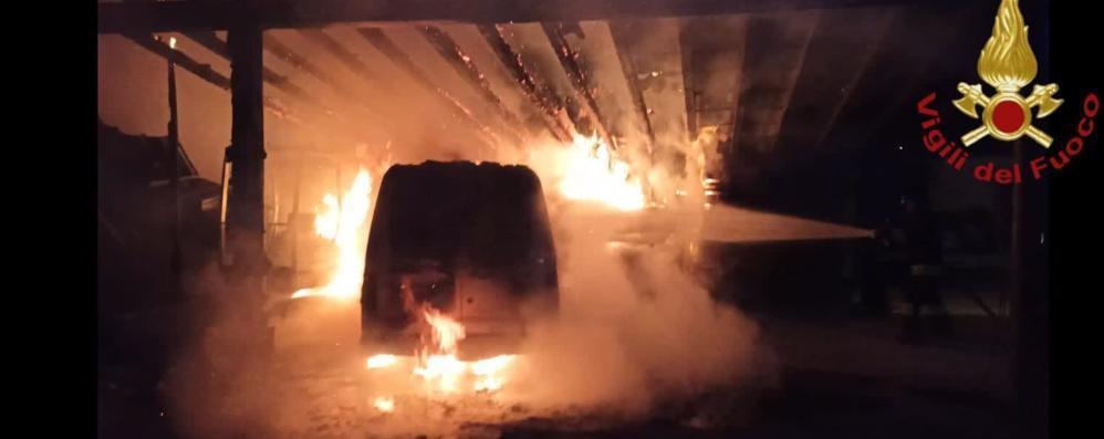 Incendio a Cantù  Distrutto un furgone