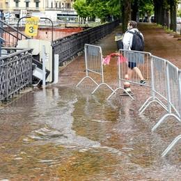 Piogge torrenziali, il lago cresce  Ormai è a un passo dalla strada