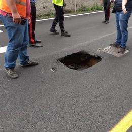 Bregnano, cede l'asfalto   Incastrato un bus di linea