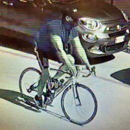 Canzo, caccia al ladro di biciclette  Eccolo mentre scappa dal centro