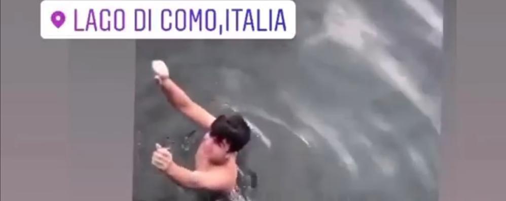 Fa il bagno nel lago a Como  Ma per ripescare gli occhiali   GUARDA IL VIDEO