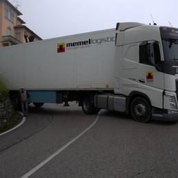 Ghisallo, Tir incastrato sul tornante  Riaperta la strada tra Magreglio e Bellagio
