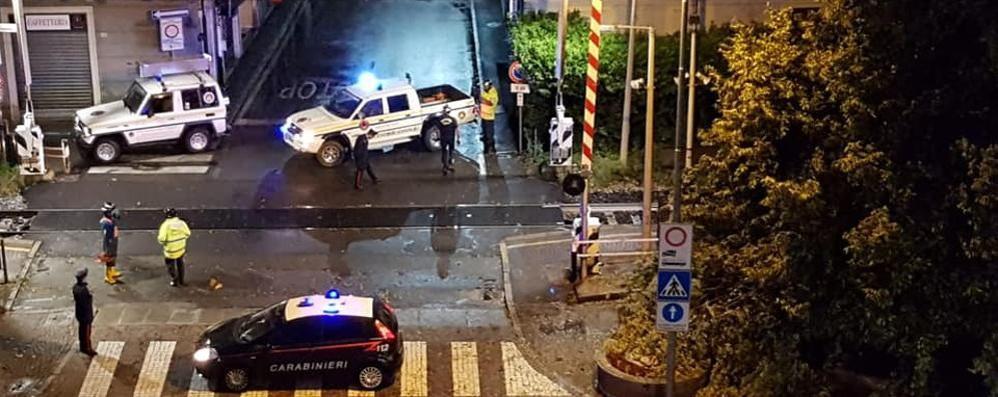 Albero cade sulla ferrovia Notte di emergenza a Cabiate