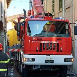 Camion incastrato a Mariano Pompieri in via Montebello