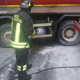 Camion in fiamme I vigili del fuoco a Parè