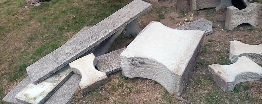 Asso, vandali in azione  Distrutti i tavoli dell'area picnic