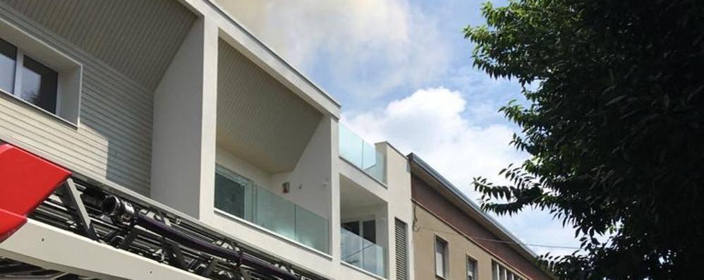 Cantù, incendio sul tetto Evacuata una palazzina