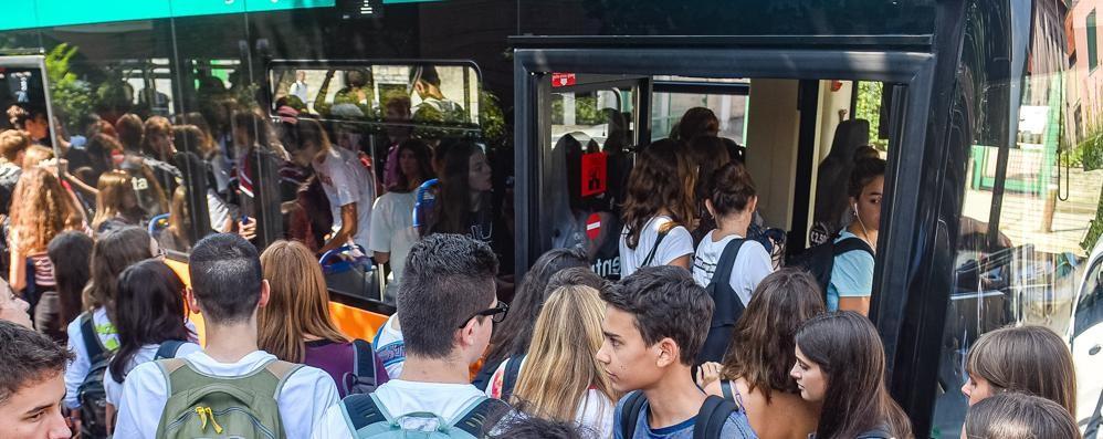 Como: «A scuola mille regole  Sui bus tutti vicini»