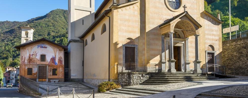Malore sulla scalinata  della chiesa: grave