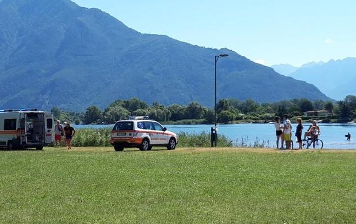 Parapendio sbaglia la manovra  E atterra sulla passeggiata a lago