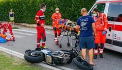 Spaventoso incidente al rondò  Gravissimi due giovani in moto