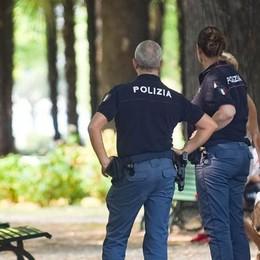 Ubriaco e ferito di notte ai giardini a lago  Giovane denuncia: «Mi hanno rapinato»