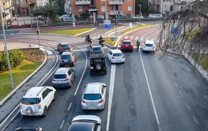 Via Paoli, 30 schianti con feriti ogni anno  «Velocità? No, spesso per disattenzione»