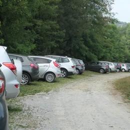 Auto parcheggiate nella riserva  Polemica infinita a Montorfano