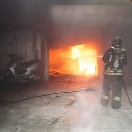 Cagno, brucia un'auto  all'interno di un garage