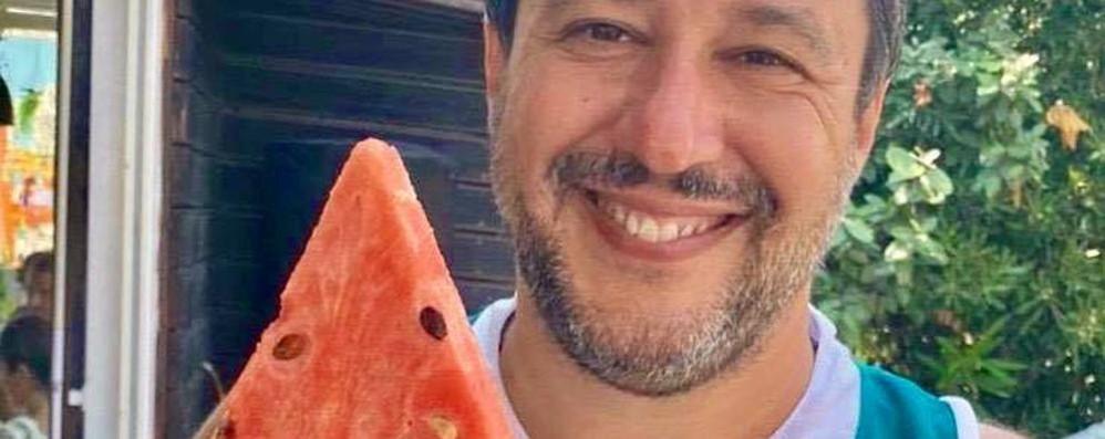 Che ci fa Salvini  con la maglia di Cantù?