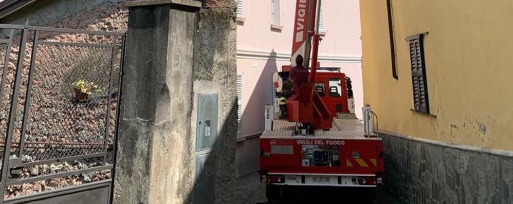Dongo: dal tetto cadono  tegole sulla strada