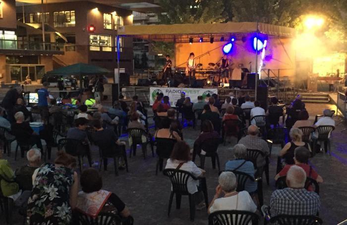 """Il  concerto """"7grani and friends""""  organizzato da Radiovest  in piazza Italia a Olgiate Comasco"""
