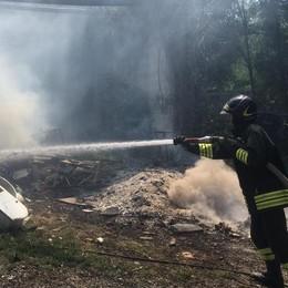 Villa Guardia, fuoco  nel deposito di fieno