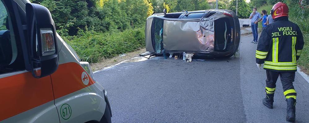 Auto si ribalta ad Alzate  Tanta paura, due contusi