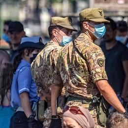 Folla senza mascherina, poi i tuffi  Al Tempio Voltiano esercito e vigili