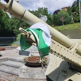 Asso, strappata la bandiera italiana  Caccia ai vandali con le telecamere