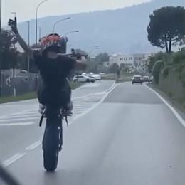 Erba, Como-Lecco su una ruota  Le follie in moto finiscono in rete