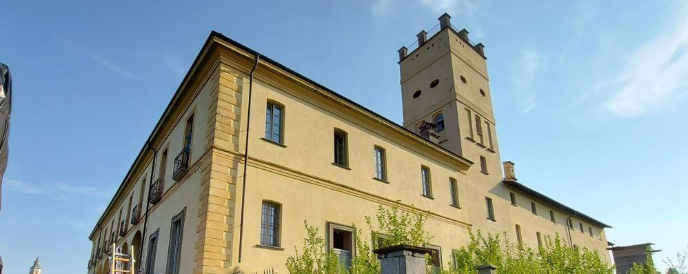 Inverigo, fiamme al Castello Crivelli  Pompieri da Como, Erba e Cantù