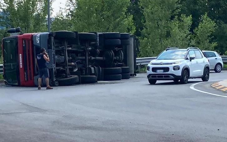 Pusiano, camion si ribalta  Galleria chiusa per un'ora