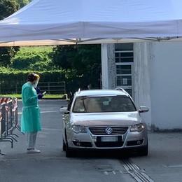 Erba, lunghe attese per i tamponi Ats  Una fila di 150 auto sul piazzale