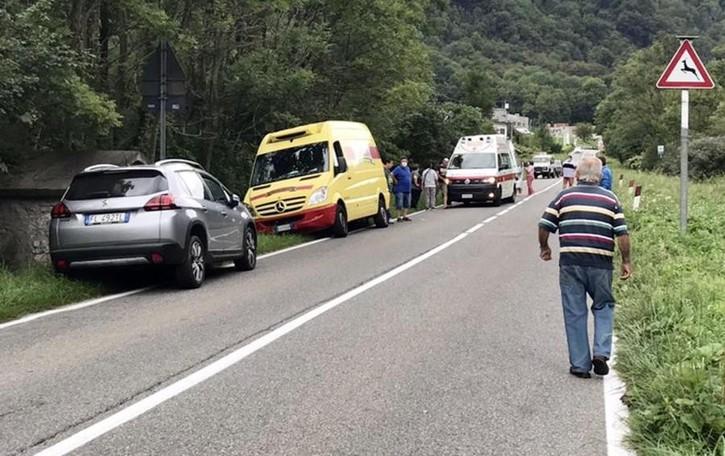 Lasnigo, mamma e figlia travolte  Grave incidente sulla provinciale