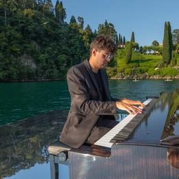 Sull'onda della musica  con il pianista sul lago