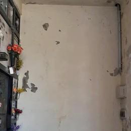 «Tante crepe e intonaco a pezzi  Sistemate il cimitero di Fino»
