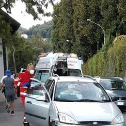 Via per Cernobbio, sbanda con l'auto e rischia di travolgere due runner