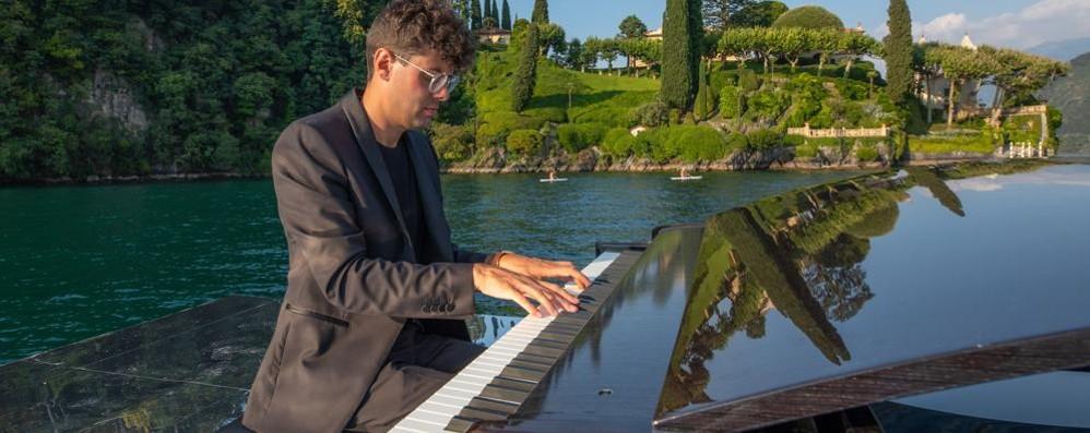Sull'onda della musica  con il pianista sul lago. Video