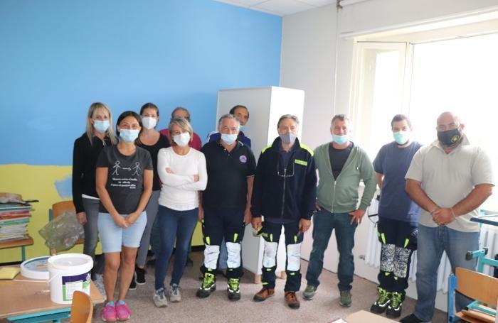Alpini, maestre, protezione civile e   amministratori comunali di Ronago impegnati nelle pulizie a scuola