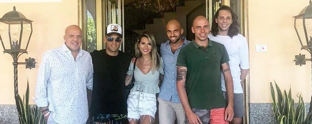 Bellagio, arriva Lautaro Martinez  Shopping con la bella Agustina