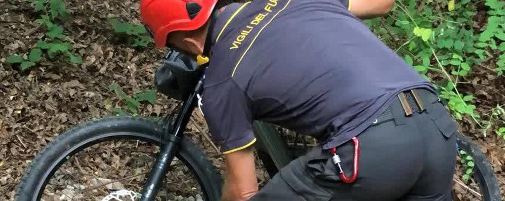 Ciclista ferito nei boschi  Recuperato dai pompieri